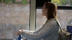 Młoda kobieta turysta iść autobusem z plecakiem