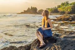Młoda kobieta turysta na tle Tanah udział - świątynia w t obrazy stock