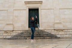 Młoda kobieta turysty fotografie na starym mieście obrazy stock