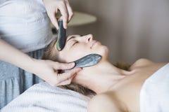 Młoda kobieta twarzy traktowanie przy piękno kliniką Obraz Royalty Free