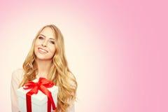 Młoda kobieta uśmiechu chwyta prezenta szczęśliwy pudełko w rękach obrazy royalty free