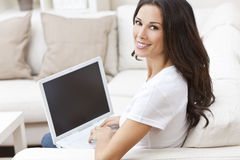 Młoda Kobieta Używać Laptop na Kanapie W Domu Obrazy Stock