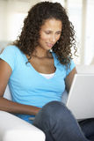 Młoda Kobieta Używać Laptop W Domu Obraz Stock