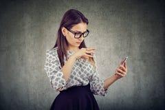 Młoda kobieta używać smartphone fotografia stock