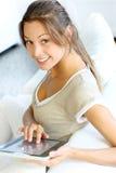 Młoda kobieta używać touchpad fotografia royalty free