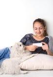 Młoda kobieta używa app na mobilnym mądrze telefonie obraz royalty free