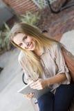 Młoda kobieta używa cyfrową pastylkę Obrazy Royalty Free