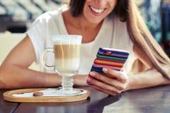 Młoda kobieta używa jej smartphone Zdjęcia Stock