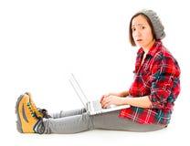 Młoda kobieta używa laptop i patrzejący martwiący się Obrazy Stock