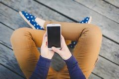 Młoda kobieta używa mądrze telefon obraz stock