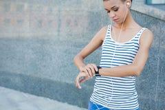 Młoda kobieta używa mądrze zegarek, kopii przestrzeń fotografia stock