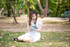 Młoda kobieta używa pastylka dotyka komputer Zdjęcia Royalty Free