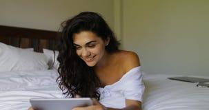 Młoda Kobieta Używa pastylki dziewczyny Komputerowego Szczęśliwego Uśmiechniętego Pięknego lying on the beach Na łóżku W sypialni zdjęcie wideo