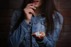 Młoda kobieta używa pigułki dla popełnia samobójstwo zdjęcie royalty free