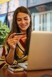 Młoda kobieta używa podołek odgórną i kredytową kartę obrazy stock