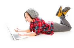 Młoda kobieta używa przyglądającego smucenie i laptop Fotografia Royalty Free