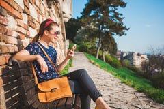 Młoda kobieta używa smartphone zdjęcia royalty free