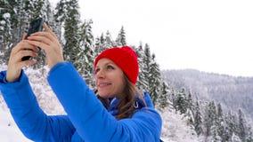 Młoda kobieta używa smartphone dla robi photosof pięknemu widokowi w górach, Carpathians zdjęcie wideo