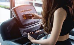 Młoda kobieta używa technologii smartphone sztuki muzyki mobilnego exerci Zdjęcie Stock