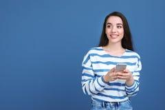 Młoda kobieta używa telefon zdjęcia stock