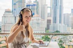 Młoda kobieta uczy języka obcego lub uczy się cudzoziemskiego langu fotografia royalty free