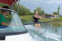 Młoda kobieta uczy się waterski z instruktorem Fotografia Royalty Free