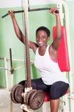 Młoda kobieta udźwigu ciężary w gym Zdjęcie Royalty Free