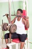 Młoda kobieta udźwigu ciężary w gym Obraz Stock