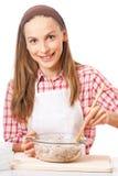 Młoda kobieta ugniata ciasto zdjęcie stock