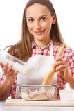 Młoda kobieta ugniata ciasto zdjęcia royalty free