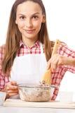 Młoda kobieta ugniata ciasto obrazy stock