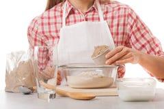 Młoda kobieta ugniata ciasto obraz stock
