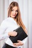 Młoda kobieta urzędnika chwyta skrzynka z kartotekami Zdjęcia Royalty Free
