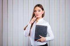 Młoda kobieta urzędnika chwyta skrzynka z kartotekami Zdjęcia Stock