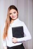 Młoda kobieta urzędnika chwyta skrzynka z kartotekami Zdjęcie Royalty Free