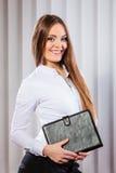 Młoda kobieta urzędnika chwyta skrzynka z kartotekami Zdjęcie Stock