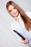 Młoda kobieta urzędnika chwyta skrzynka z kartotekami Obrazy Stock