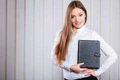 Młoda kobieta urzędnika chwyta skrzynka z kartotekami Obraz Royalty Free