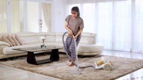 Młoda kobieta vacuuming dywan podczas gdy tanczący zdjęcie wideo