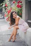 Młoda kobieta wśród róż w ogródzie Fotografia Stock
