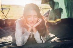 Młoda kobieta wśrodku campingowego namiotu Fotografia Stock