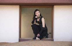Młoda kobieta wśrodku zaniechanego domu Obrazy Stock
