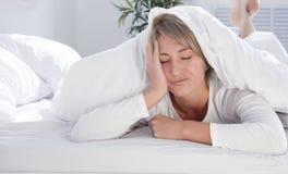 Młoda kobieta w łóżku sen w ranku, dosyć Obrazy Royalty Free