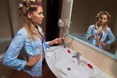 Młoda kobieta w łazience Fotografia Royalty Free