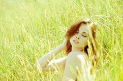 Młoda kobieta w śródpolnej nagiej postaci Obraz Royalty Free