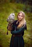 młoda kobieta w średniowiecznej sukni z sową na jej ręce Obraz Stock