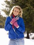 Młoda Kobieta W Alpejskiej Śnieżnej Scenie Obraz Royalty Free
