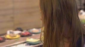 Młoda kobieta w azjatykcim kawiarnia kucharza jedzeniu w gorącym garnku Jedzenie słuzyć na konwejerze na talerzach troszkę Karmow zbiory wideo