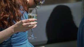 Młoda kobieta w błękit sukni z szkłem szampan zbiory