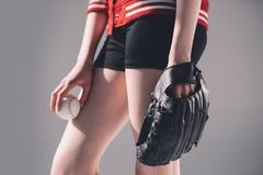 Młoda kobieta w baseball rękawiczki mienia piłce Obraz Royalty Free